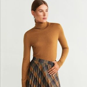 Mango Turtleneck in Caramel